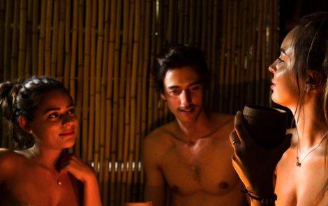 Jednotlivé kóje oddělují bambusové rohože, takže vás nahé uvidí jen ti, se kterými sedíte.