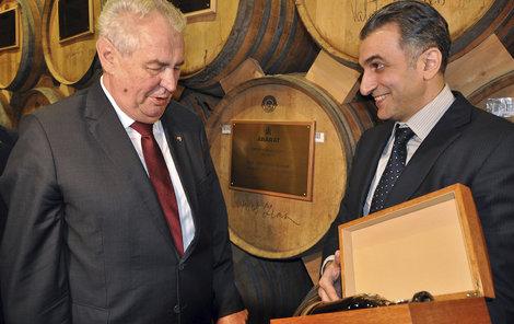 Prezident Zeman vypadal, jakoby ho dárek překvapil: Ta lahvinka je fakt pro mě?
