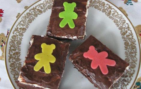 Vrchní část dezertu ozdobte čokoládou a marcipánem.