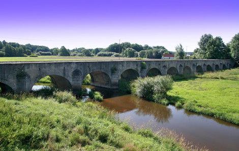 V okolí Třeboně je krásná příroda. Projet se můžete i přes most u obce Stará Hlína.