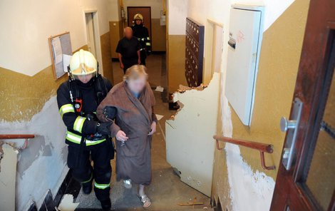 Hasiči evakuovali 10 obyvatel domu.