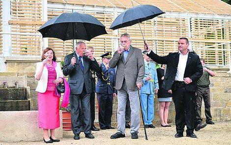 Déšť nemohl zkazit přípitek exprezidenta Klause, jeho manželky Livie a prezidenta Zemana.
