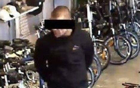 Vše začalo krádeží kola za 55 tisíc a zveřejněním této fotografie zloděje na Facebooku.