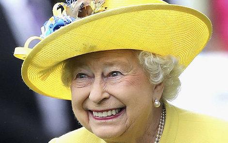 Alžběta II. si to na závodišti užívala.