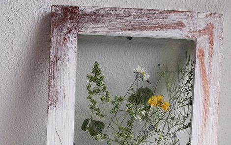 Trojrozměrný obrázek s letními rostlinkami ozdobí předsíň.