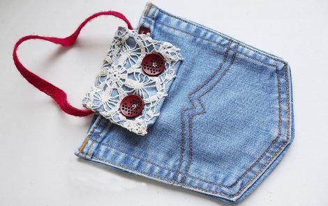 Kapsičku na mobil (nebo na cokoli jiného) ušijete ze starých džínů.