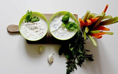 Jogurtové dipy skvěle doplní letní grilovačku.