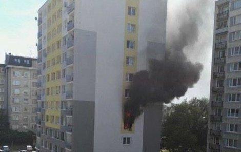 7. června - Po výbuchu z bytu šlehaly plameny a valil se kouř.