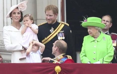 Královna přejela vnuka zlým pohledem...
