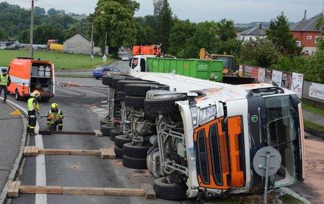 Nehoda uzavřela silnici na dvě hodiny.