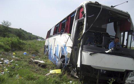 Autobus se převrátil u srbské dálnice.