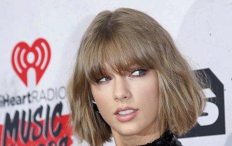 Taylor Swift má nová prsa i přítele!