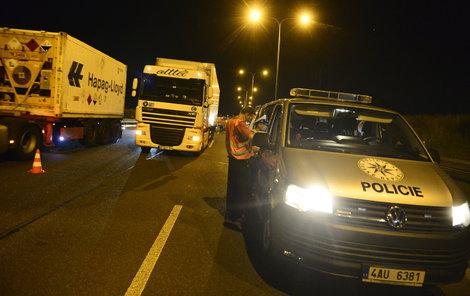 Policisté byli v přesile, řidič Mercedesu jim přesto dokázal ujet.