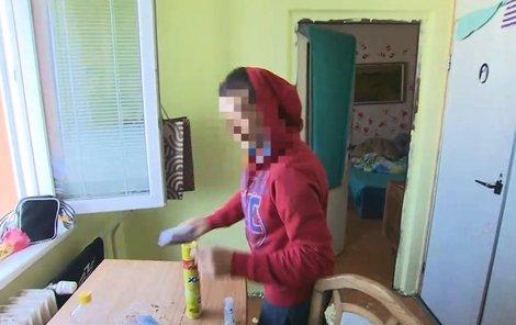 Spolubydlící si balíček s marihuanou hned odnesl.