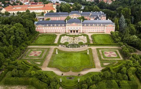 Dobříšský zámek s rozsáhlými zahradami.