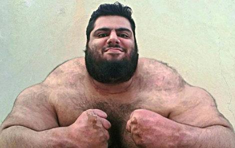 Iránský Hulk nebo perský Herkules, tak mu říkají ve světě.
