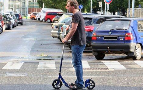 Tomáš se prohání ulicemi na koloběžce!