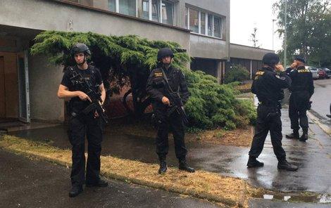 Muže zpacifikovali ozbrojení policisté v neprůstřelných vestách.
