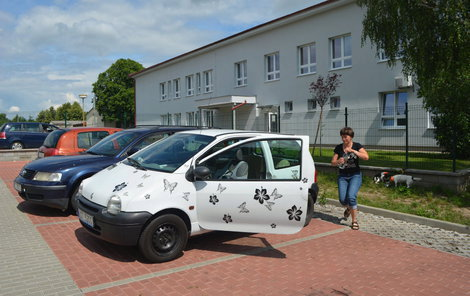 Na místě, kde paní Válová rozbila okénko, aby dítě z auta vysvobodila, zůstaly střepy.