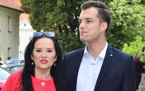 Hana Gregorovou mrzí, že syn s manželkou neponesou příjmení po jejím zesnulém manželovi.