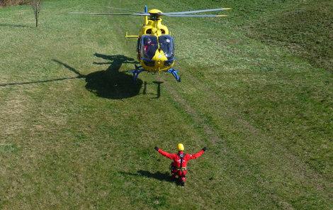Pro turistu letěl vrtulník.