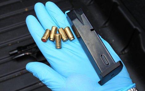 Touhle pistolí hrozil jeden muž druhému.