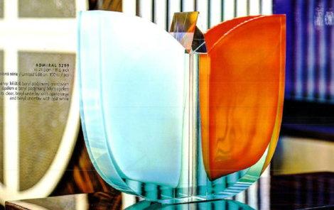 Umělecké vázy v hodnotě 50 tisíc korun zmizely z podnikové prodejny Moser.