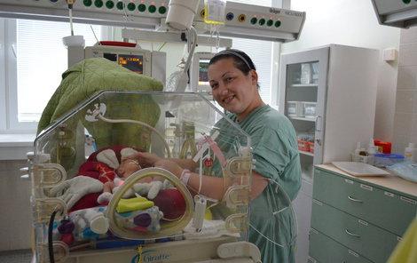 Maminka Eva má na JIP v Baťově nemocnici dvojčátka. Právě se věnuje Ele.