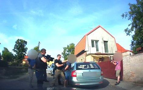 Zloděj se při zatýkání nebránil.