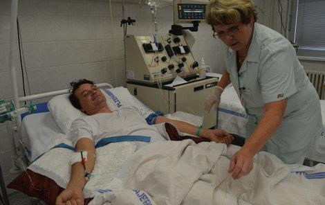 Sestřička Ivana Březinová Michala připojuje na separátor.