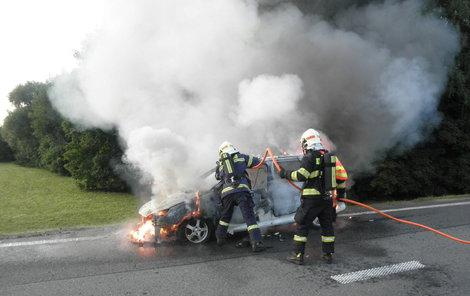 Při příjezdu hasičů bylo auto v jednom ohni.