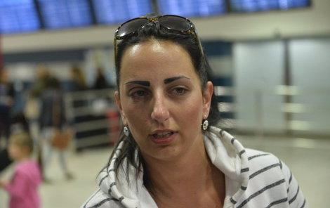 Při vzpomínkách na masakr se Petra na pražském letišti neubránila slzám.