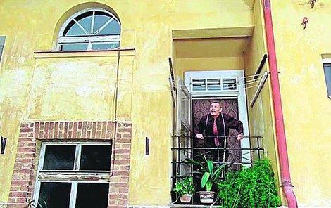 Pelíšky - Třešničkou na dortu je tenhle balkon v nenápadném domě na ulici Schodová 4 v Košířích. Nesmazatelně ho proslavil Jiří Kodet (†67)...