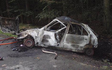 Auto ve kterém mladík málem uhořel.