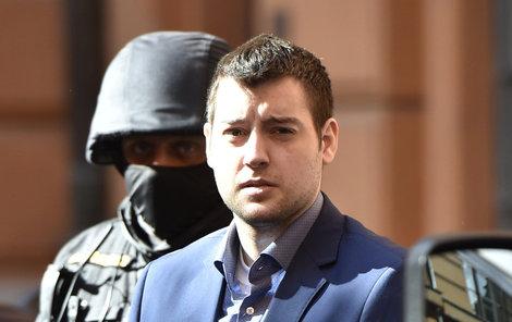 Kevina Dahlgrena přivedla k soudu eskorta.