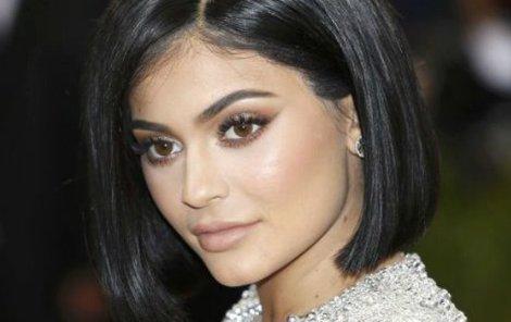 Kylie předvádí maskáčové plavky, které sama navrhla.