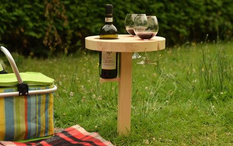 Držák na víno oceníte při letním pikniku na louce.
