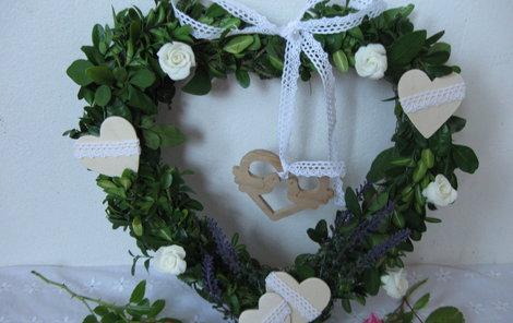 Letní věneček můžete darovat třeba nevěstě.
