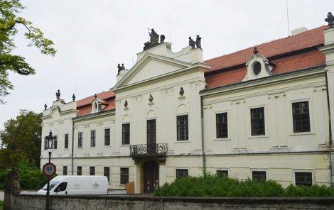 V zámku, konkrétně v jeho severním křídle, už začaly opravy.