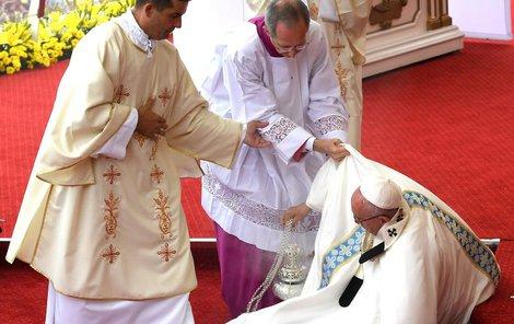 Na nohy mu museli pomoci ceremoniáři.