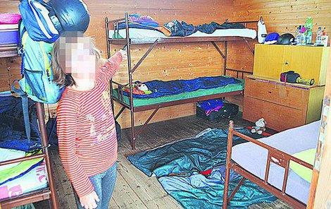 V této chatce spalo 11 dětí, některé na zemi.