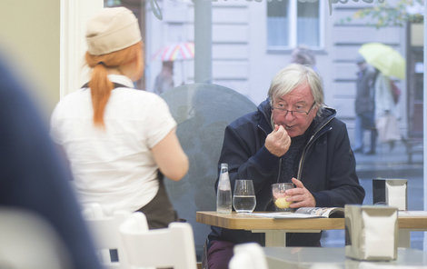 Jiří Lábus má zvýšený cukr. Přesto ho velmi často můžete potkat v některé z pražských kaváren, jak si dává něco sladkého!