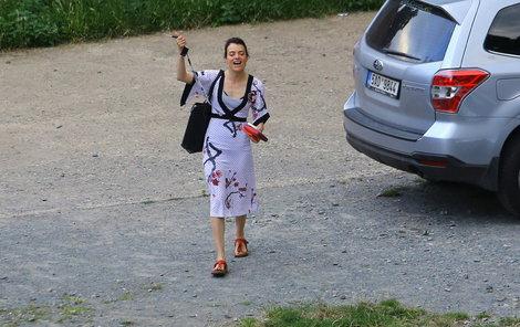 Jana Stryková přímo na parkovišti odehrála jednu etudu z vystoupení.