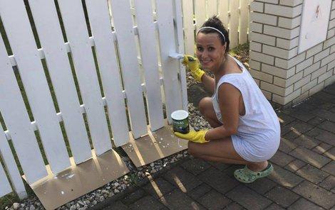 Heidi Janků natírala plot jen v tílku.