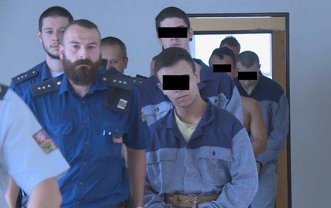Čtveřici mladíků včera přivedla k soudu eskorta.