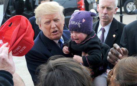Donaldu Trumpovi vadil při mítinku dětský pláč.