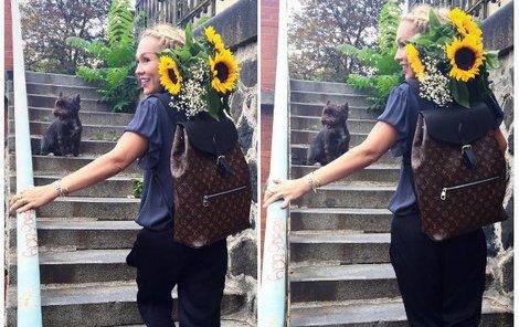 Do pekelně drahého batůžku herečka nastrkala slunečnice.