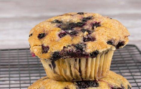 Lahodné ostružinové muffiny si oblíbí každý.