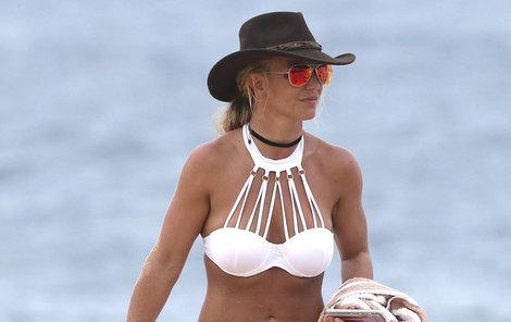 Britney si své vydělané peníze zaslouženě užívá na pláži.