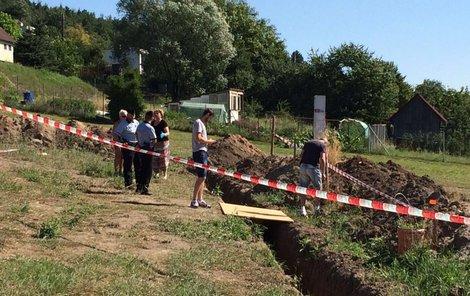 Policisté na místě nálezu lidské kostry.